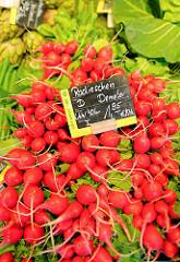 Bio-Wochenmarkt in Hamburg Winterhude - Winterhuder Marktplatz. Gemüsestand - Schild Angebot Radischen / Anbauverband Demeter, Herkunftsland und Transport - LKW 40 km.