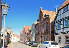 Historische Architektur, Fachwerkhäuser - Backsteingebäude in der Rosenstrasse von Neustadt-Glewe; die Gebäude stehen unter Denkmalschutz.