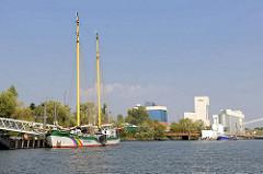 Das Greenpeaceschiff BELUGA 2 am Anleger im Reiherstieg in Hamburg Wilhelmsburg.