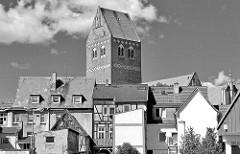 Dächer der Neustadt in Parchim - historische Häuser; Kirchturm der St. Marienkirche - Schwarz Weiss Bild.