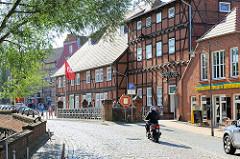 Mühlenstrasse in Lübz - Das Fachwerk-Wohnhaus von 1759 (lks.) - historische Wassermühle von 1850 (Bildmitte).
