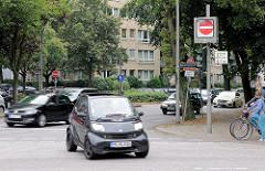 Kreuzung Sierichstrasse / Mario-Louisen-Strasse, fahrende Autos.  Die Sierichstraße in Hamburg - Winterhude ist einer der wenigen Straßenzüge in Europa, auf denen tageszeitabhängig die Fahrtrichtung gewechselt wird.