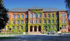Regionalschule Johann Wolfgang von Goethe in Parchim - Backsteingebäude mit Wein bewachsen.