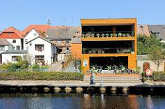 Moderner Neubau mit Aussengastronomie am Ufer der Müritz Elde Wasserstrasse in Plau am See.