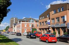 Strassenverkehr in der Hamburger Strasse, Henstedt-Ulzburg; Geschäftshäuser / Läden.
