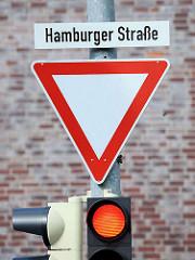 Strassenschild Hamburger Strasse in Henstedt-Ulzburg, Vorfahrtsschild mit roter Ampel.