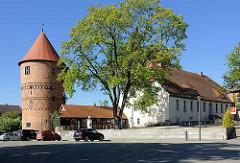 Spätromanischer Amtsturm in Lübz, erbaut 1308. Rechts das barocke Amtshaus - erbaut 1759.