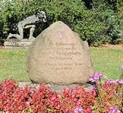Gedenkstein Inschrift: Zur Erinnerung an den Todesmarsch vom KZ Sachsenhausen bis Schwerin.