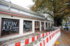 Vom Abriss bedrohtes Gebäude in Hamburg Eppendorf - Altes Eppendorfer Brauhaus; ehm. Restaurant Tre  Castagne - Bauzaun; Schriftzug Kein Abriss, Alter Kern Eppendorfs.