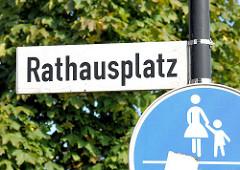 Schild Rathausplatz, Henstedt Ulzburg; Verkehrschild / Vorschriftszeichen Mutter mit Kind = Gehweg.