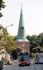 Eppendorfer Kirche - St. Johanniskirche / Hochzeitskirche im Hamburger Stadtteil Eppendorf; die Kirche wurde 1267 erstmals urkundlich erwähnt. Blick von der Heinickenstrasse / Ludolfstrasse; Busverkehr.