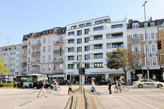 Historische Architektur und Neubauten - Eppendorfer Landstrasse, Eppendorfer Marktplatz. Fussgänger auf dem Fussgängerüberweg - Bus / Taxi.