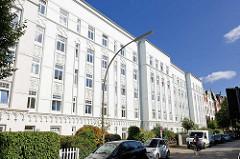 Mehrstöckiges Jugendstil Wohnhaus, weisse Fassade - Fassadendekor; Schedestrasse in Hamburg Eppendorf.