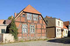 Altes Fachwerkgebäude und Wohnhaus mit verputzter Fassade - Im Tiefen Tal in Lübz.