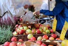 Bio-Wochenmarkt in Hamburg Winterhude - Winterhuder Marktplatz.  Frisch geerntete Äpfel, unterschiedliche Sorten in Körben.