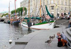Historische Ewer am Anleger in der Kleinen Alster am Hamburger Rathausmarkt.