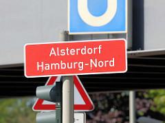 Stadtteilschild rot mit weisser Schrift - Alsterdorf, Hamburg Nord.