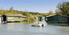 Bootshäuser aus Holz in Plau am See - Motorboot.