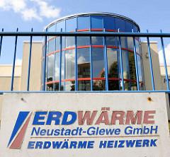 Schild Erdwärme Neustadt Glewe GmbH - Erdwärme Heizkraftwerk; Geothermiekraftwerkt, das erste Kraftwerk dieser Art in Deutschland. Leistung 230kW - Förderung von Thermalwasser aus 2455 m Tiefe.