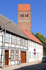 Fachwerkhäuser an der Mühlenstrasse in Parchim - Kirchturm der St. Marienkirche; Pfarrkirche der Parchimer Neustadt.