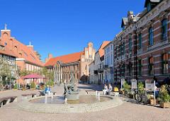 Historische Gebäude am Schumarkt in Parchim - im Hintergrund das Rathaus der Stadt.
