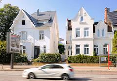 Vorstadtvillen an der Tarpenbeckstrasse in Hamburg Eppendorf - schnell fahrendes Auto.