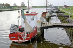 Krabbenkutter am Steg im Hafen von Friedrichskoog.