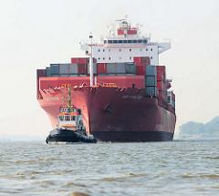 Containerschiff Cap Hamilton der Reederei Hamburg Süd auf der Elbe vor Hamburg. Ein Schlepper unterstützt das Frachtschiff bei der Fahrt in den Hambuger Hafen.