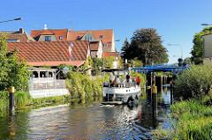 Sportboot auf der Müritz-Elde-Wasserstrasse in Lübz bei Einfahrt in die Schleuse.