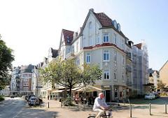 Wohnhäuser mit Strassencafé - Eppendorfer Landstrasse.