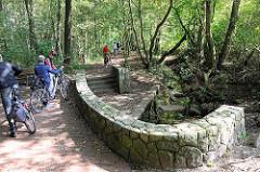 Ausflugsziel Alsterquelle in Henstedt-Rhen; Fahrradfahrer / Fahrradtour.