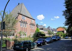 Brabandstrasse an der Alster in Hamburg Alsterdorf - im Vordergrund Doppelwohnhaus - Landhaus Höger.