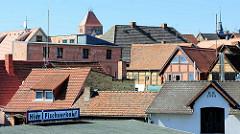 Dächer von Plau am See - Kirchturmspitze der Pfarrkirche St. Marien - Schild Hier Fischverkauf.