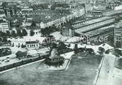 Historische Luftaufnahme vom Schlachthof Sternschanze / Hamburg St. Pauli (ca. 1930); Windmühle an der Feldstrasse, Rinderschlachthalle. Güterwaggons auf den Gleisen, Wohnhäuser.