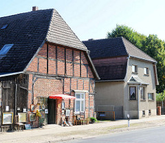 Fachwerkhaus - Trodelladen auf der Tenne; Wohnhaus mit grauem Putz - neue + alte Architektur in Neustadt-Glewe, Mecklenburg-Vorpommern.