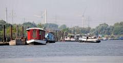 Spreehafen, Hafenbecken im Hamburger Hafen; Stadtteil Wilhelmsburg / Kleiner Grasbrook - Hausboote und Arbeitsboote am Berliner Ufer.