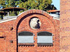 Bauschmuck Wildschwein Eber - Fassade vom Schlachthof in Parchim.