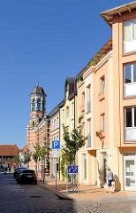 Neubauten und historische Architektur in Parchim, Blutstrasse - im Hintergrund der Turm des ehm. Kaiserlichen Postamtes der Stadt.