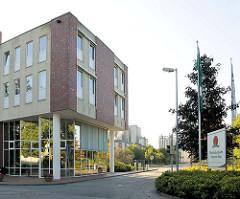 Verwaltungsgebäude und Silos der Mecklenburgischen Brauerei Lübz.