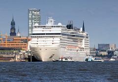 Das Kreuzfahrtschiff MSC Magnifica liegt am Kreuzfahrtterminal Altona - Hafenfähren auf der Elbe; im Hintergrund die St. Michaeliskirche / Michel.