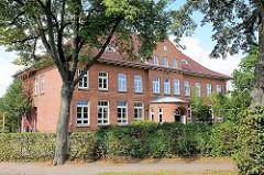 Schulgebäude, Backsteinarchitektur Baujahr 1912 - Dorfstrasse vom Ortsteil Henstedt in Henstedt-Ulzburg.