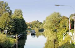 Ein Motorboot frühmorgens auf der Müritz-Elde-Wasserstrasse vor der Lübzer Schleuse - die erste Schleusung beginnt erst um 9.00 Uhr.
