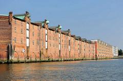 Lagerhaus G am Saalehafen im Hamburger Stadtteil Kleiner Grasbrook - Winden mit Kupferabdeckung unter  dem Dach.