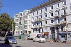 Wohnhäuser am Lokstedter Weg in Hamburg Eppendorf - schlichte Etagenhäuser, erbaut um 1900 und moderner Neubau mit Glasbalkons / verglasten Balkons an der Hauptverkehrsstrasse..
