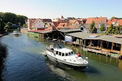 Müritz Elde Wasserstrasse in Plau am See - Motorboote auf dem Weg zum Plauer See - Bootshäuser der Fischer.