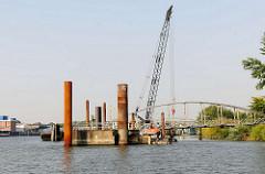 Neubau von einem Schiffsanleger beim Elbpark Entenwerder in Hamburg Rothenburgsort - restaurierte Wassertreppe 51, die in der Billwerder Bucht abmontiert wurde.