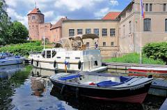 Sportboote, Motorboote im Sportboothafen / Marina von Neustadt Glewe - im Hintergrund das Elektrizitätswerk und der Burgturm der alten Burg.