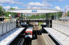 Bahnhof der AKN in Henstedt Ulzburg - Zug am Bahnsteig.
