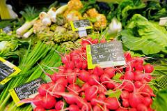 Bio-Wochenmarkt in Hamburg Winterhude - Winterhuder Marktplatz. Gemüsestand mit Lauchzwiebeln und Radischen.