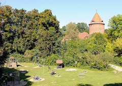 Grünanlage, Wallanlagen am Burgplatz in Plau am See / Kinderspielplatz.